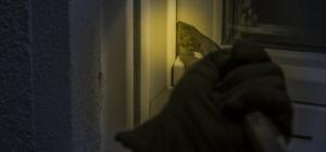 Einbrecher versucht ein zubrechen mit Stemmeisen am Fenster