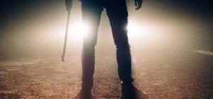 Einbrecher mit Brecheisen im Dunkeln