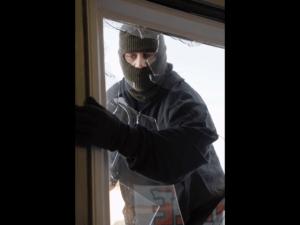 Einbrecher zerschlägt Fensterscheibe